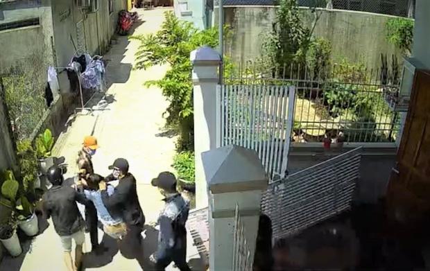 Nhóm thanh niên xông vào nhà bắt cô gái, đưa đến nhà nghỉ để 'giam lỏng'
